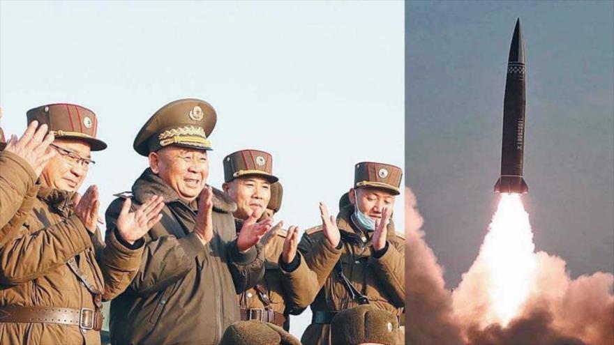 El alto funcionario militar norcoreano Ri Pyong Chol (centro) supervisa la nueva prueba de un misil táctico del Ejército, 25 de marzo de 2021.