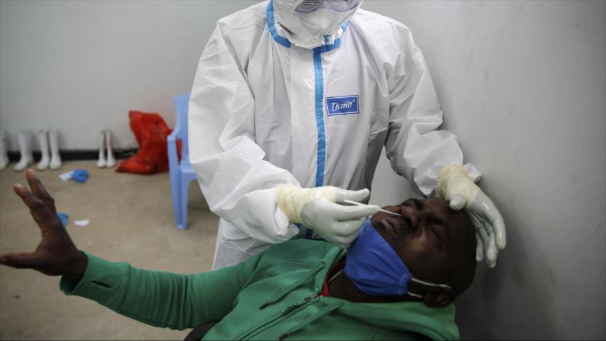 Un camionero de Tanzania reacciona cuando se le hace la prueba del coronavirus en el lado de Kenia del cruce fronterizo de Namanga con Tanzania, 1 de junio de 2020 (Foto: AP)