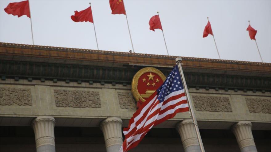 Banderas de China y EE.UU. en el edificio del Gran Salón del Pueblo en Pekín, capital china.