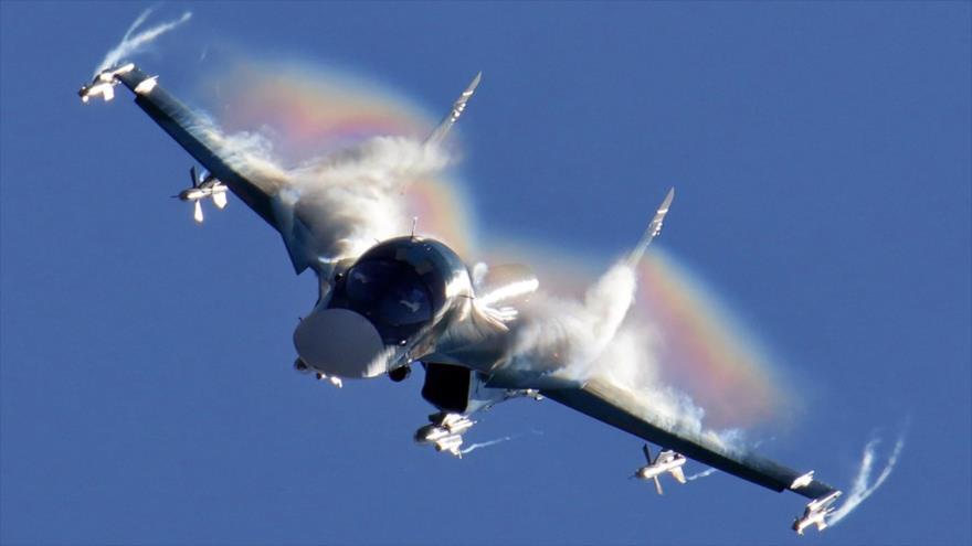 Un avión Sujoi Su-34 ruso en pleno vuelo.