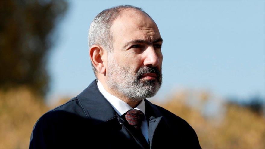 El premier de Armenia, Nikol Pashinián, en una ceremonia en recuerdo de los militares caídos en Nagorno Karabaj, 22 de noviembre de 2020. (Foto: AFP)