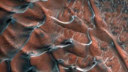 La NASA enseña las dunas de arena heladas de Marte en un cráter