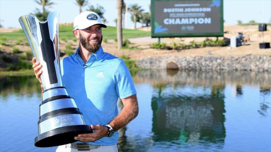El golfista profesional de EE.UU. Dustin Johnson tras su victoria en un torneo de golf en Rey Abdulá, Arabia Saudí, 7 de febrero de 2021.