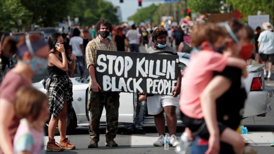 """Manifestantes sostienen una pancarta en la que reza """"Parar el asesinato de la gente negra"""", en una marcha celebrada en EE.UU. en 2020. (Foto: Reuters)"""