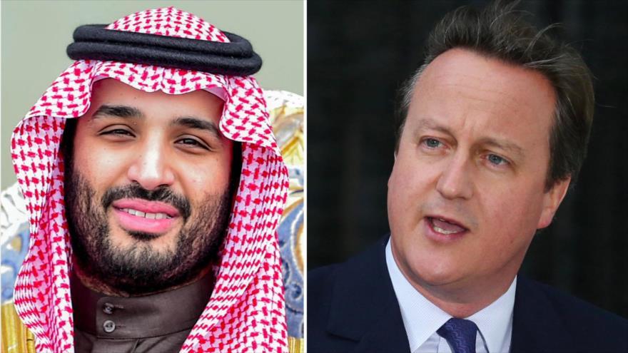 El príncipe heredero saudí, Muhamad bin Salman (izda.), y el expremier británico David Cameron.