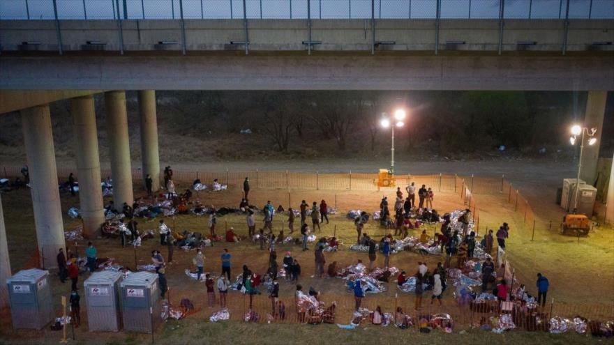 Vídeo: Guardia fronteriza de EEUU retiene migrantes bajo puente | HISPANTV