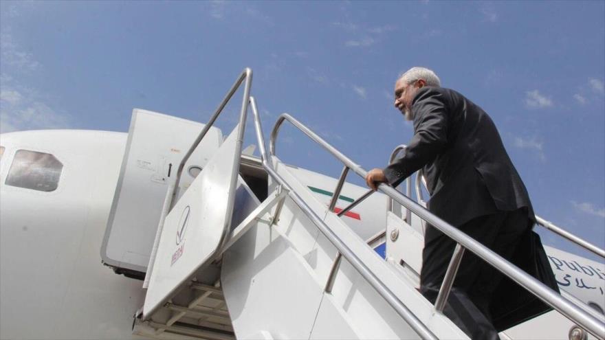 El canciller iraní, Mohamad Yavad Zarif, sube las escaleras de un avión.