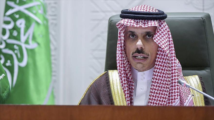 El canciller de Arabia Saudí, el príncipe Faisal bin Farhan Al Saud, durante una rueda de prensa celebrada en Riad, 10 de marzo de 2021. (Foto: AFP)