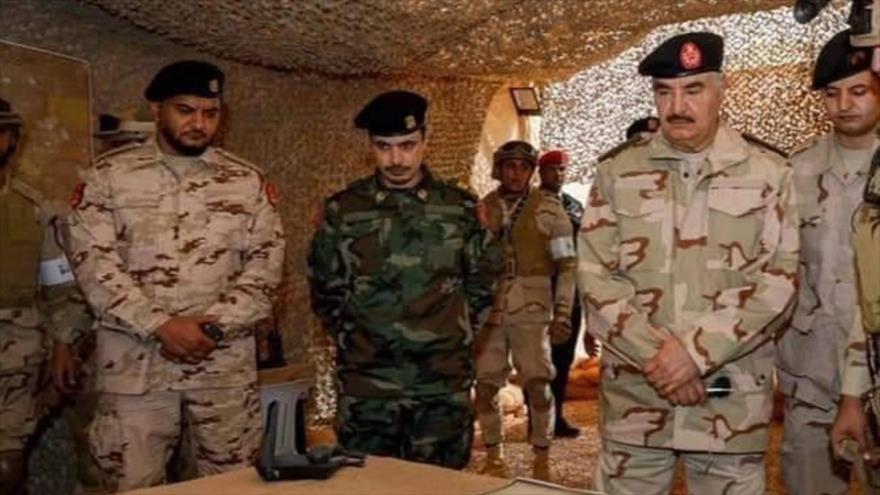 El general Jalifa Haftar, líder del Ejército Nacional Libio (2.º dcha.) y su hijo Saddam (1º izq.).