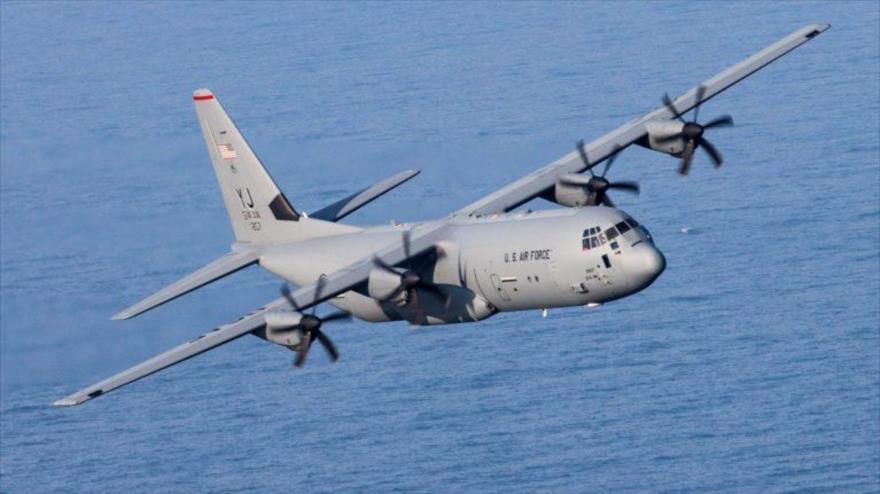 Un avión de transporte militar C-130J Super Hercules de la Fuerza Aérea de EE.UU. sobrevuela la Bahía de Suruga, en Japón, 26 de marzo de 2018.