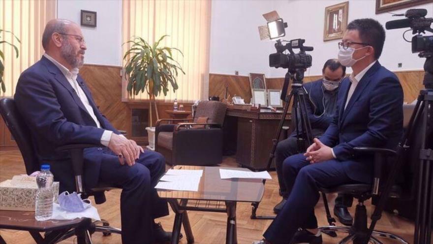 Hosein Dehqan, asesor militar del Líder de Irán (izda.), habla en una entrevista con la CRI en Teherán, capital persa, 3 de abril de 2021. (Foto: IRNA)