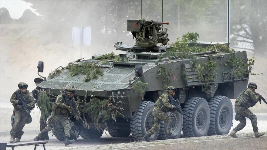 Un grupo de soldados de Croacia realizan maniobras militares bajo bandera de la OTAN en un campo de entrenamiento situado en Pabrade, Lituania. (Foto: AP)