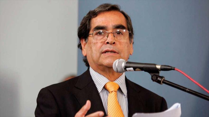 El ministro de Salud de Perú, Óscar Ugarte, habla ante los medios del país andino.