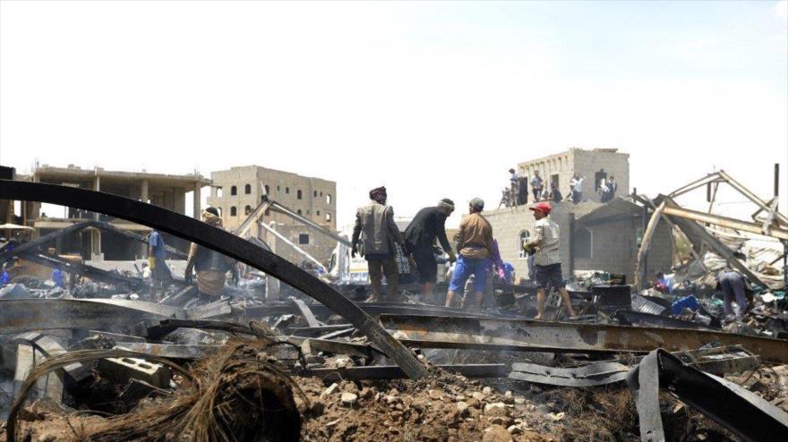 Los escombros provocados por un ataque aéreo de la coalición saudí en Saná, la capital yemení, 2 de julio de 2020. (Foto: AFP)