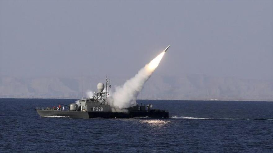 Un buque iraní lanza un misil en estrecho de Ormuz. (Foto: Reuters)
