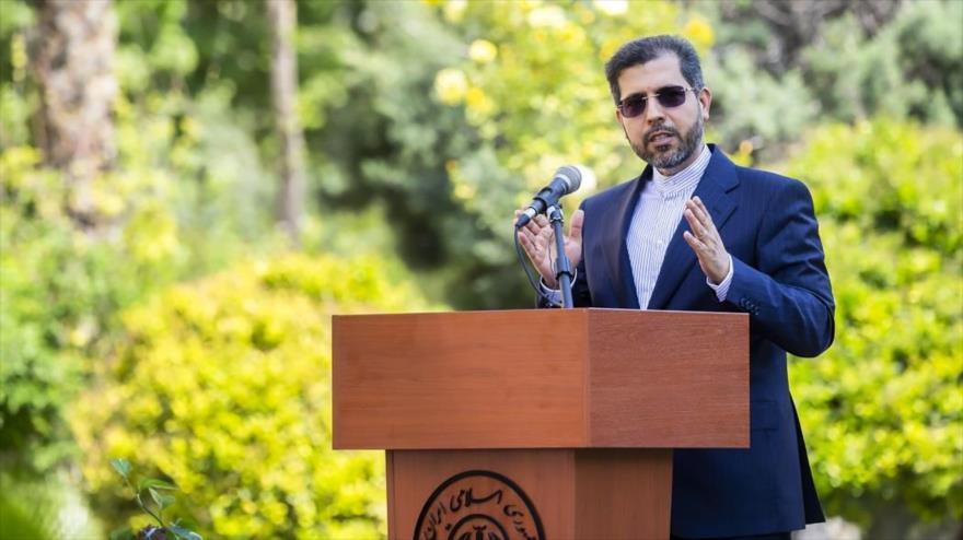 El portavoz de la Cancillería iraní, Said Jatibzade, habla con la prensa en Teherán, la capital, 5 de abril de 2021. (Foto: Fars news)