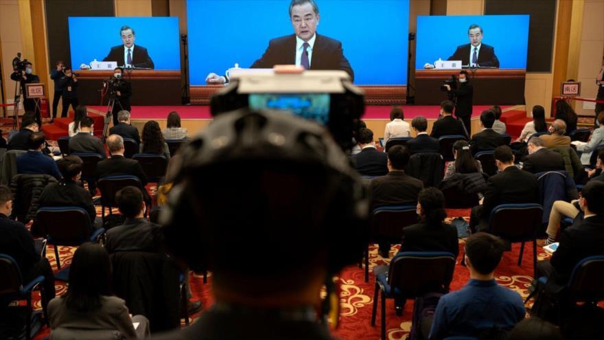 El canciller chino, Wang Yi, en una conferencia de prensa virtual, en Pekín (capital de China), 7 de marzo de 2021. (Foto: AP)