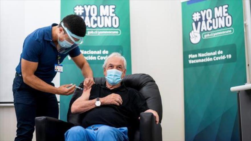 El presidente de Chile, Sebastián Piñera, recibe la vacuna contra el nuevo coronavirus en Futrono (sur), 12 de febrero de 2021. (Foto: AFP)