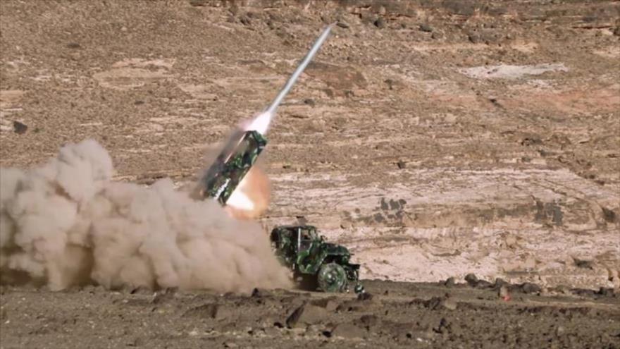 Las fuerzas yemeníes lanzan un misil contra el territorio saudí.