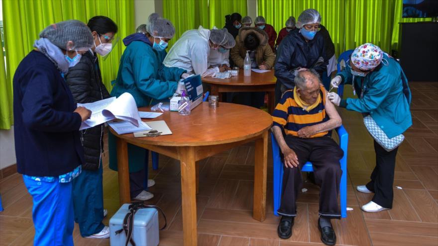 Proceso de vacunación contra la COVID-19 en el asilo San Ramón, La Paz, capital administrativa de Bolivia, 5 de abril de 2021. (Foto: ABI)