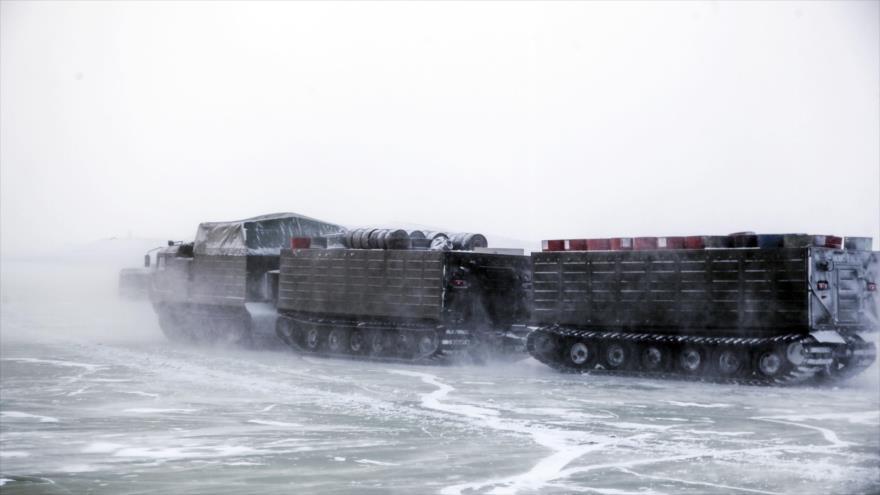 Un transportador de orugas de dos unidades durante unas pruebas en el Ártico. (Foto: Ria Novosti)