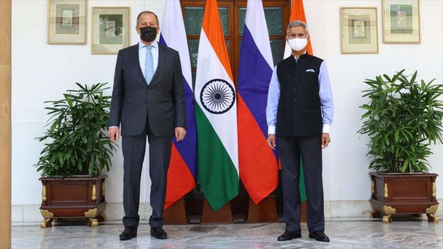 Cancilleres ruso, Serguéi Lavrov (izqda.), y su par indio, Subrahmanyam Jaishankar, posan para una foto, Nueva Delhi, La India, 6 de abril de 2021. (Foto: Reuters)