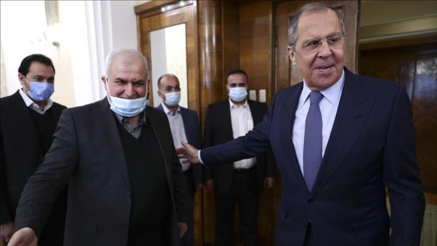 El canciller ruso, Serguéi Lavrov (drcha.), y Muhamad Raad, el jefe del bloque parlamentario de Hezbolá, en Moscú (Rusia), 15 de marzo de 2021.