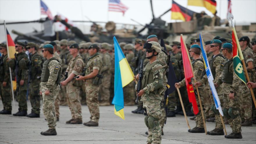Un militar sostiene una bandera de Ucrania en los ejercicios a gran escala organizados por la OTAN en Georgia.