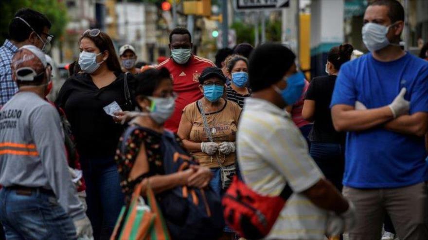 Un grupo de ecuatorianos guarda cola para hacer compras en Guayaquil, una de las ciudades más afectadas por la pandemia en América Latina. (Foto: Reuters)