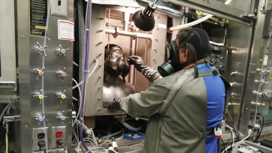 Empleados de una instalación secreta estadounidense trabajan en medidas defensivas contra las armas biológicas.