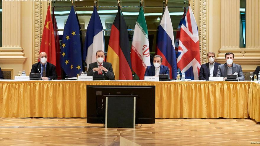 La delegación iraní (dcha.) participa en una reunión de la Comisión Conjunta del acuerdo nuclear en Viena, capital de Austria, 7 de abril de 2021.