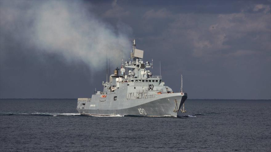 La fragata Almirante Essen, de la Flota del Mar Negro de Rusia, surca las aguas de dicha vía marítima durante maniobras realizadas en octubre de 2017.