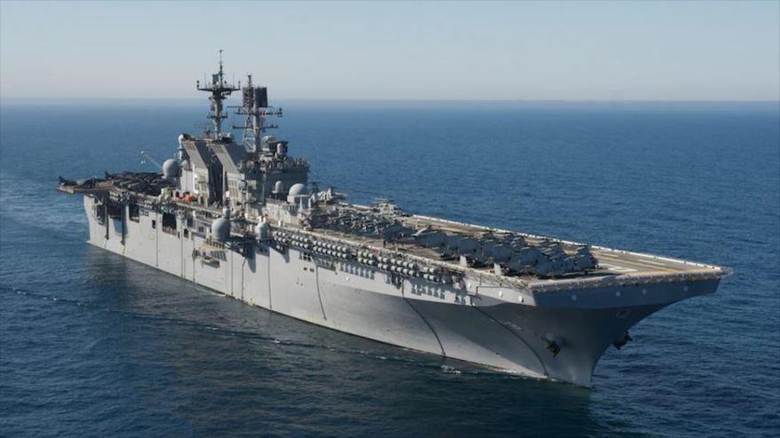 El buque de asalto anfibio USS Makin Island, de la clase Wasp, de la Armada de EE.UU., arriba a Singapur.