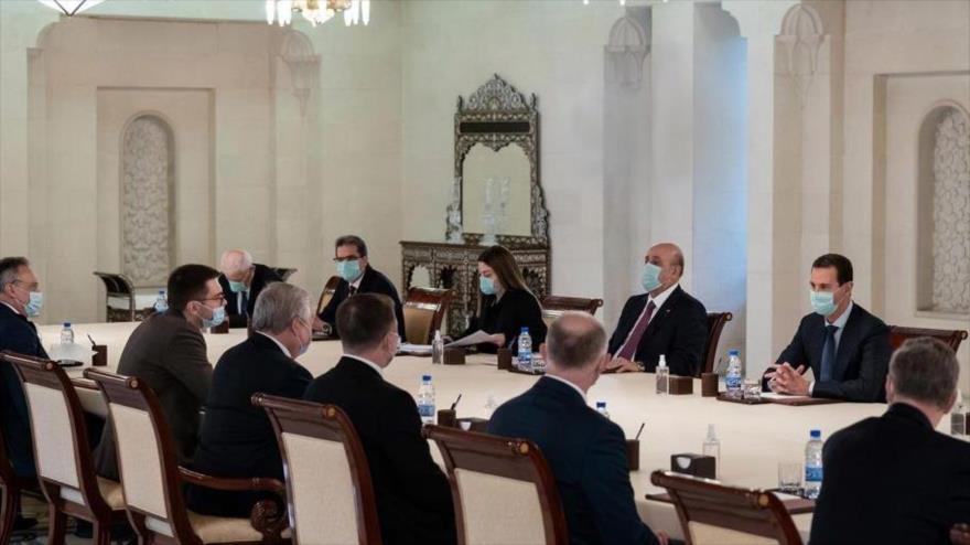 El presidente sirio, Bashar al-Asad, y el enviado especial de la Presidencia de Rusia para Siria se reúnen en Damasco, 8 de abril de 2021. (Foto: SANA)
