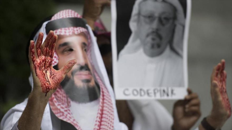 Un manifestante vestido como el príncipe heredero saudí, Muhamad Bin Salman (C) con sangre en sus manos en Washington, DC, 10 de octubre de 2018. (Foto: AFP)
