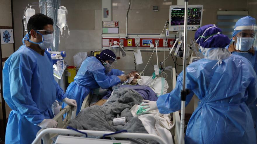 Personal sanitario iraní atiende a un hombre infectado con la COVID-19.
