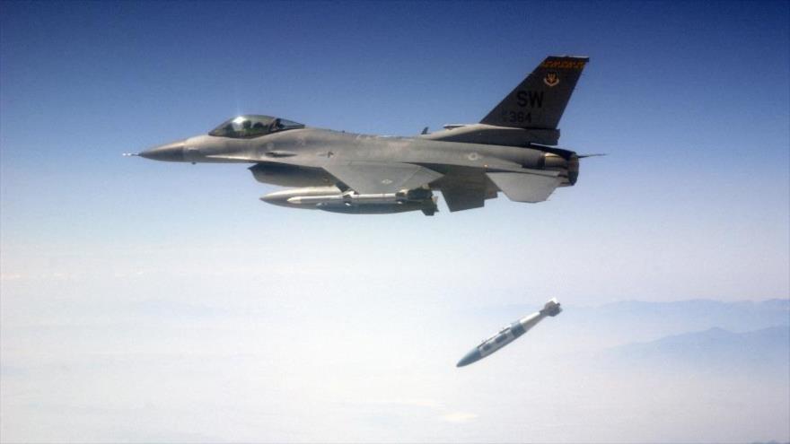 Un avión F-16CJ de la Fuerza Aérea de Estados Unidos lanza municiones de ataque directo conjuntas GBU-31/32 durante un ejercicio militar.