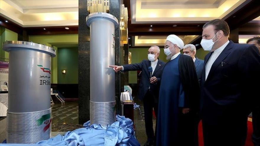 El presidente iraní, Hasan Rohani, y el jefe de la OEAI, Ali Akbar Salehi, de los logros nucleares en Teherán, 10 de abril de 2021. (Foto: Tasnim)