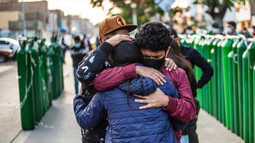La gente hace cola para llenar sus cilindros de oxígeno vacíos en Callao, Perú, 29 de enero de 2021. (Foto: AFP)