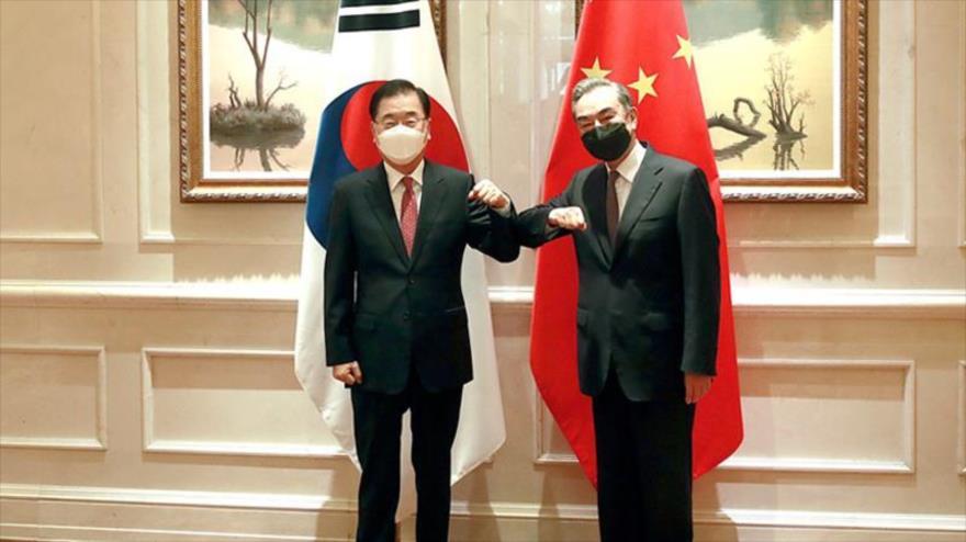 Canciller surcoreano, Chung Eui-yong (izda.) y su par chino Wang Yi, antes de una reunión en Xiamen, China, 3 de abril de 2021. (Foto: Cancillería del Corea del Sur)