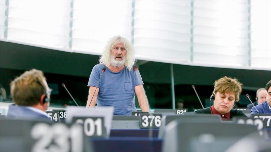 El eurodiputado irlandés Mick Wallace (centro).