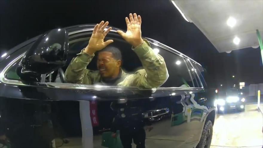 Vídeo: Policía rocía con gas pimienta a un militar negro en EEUU | HISPANTV