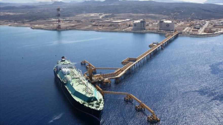 Un petrolero gigante llega al puerto de Bir Ali (sureste) para saquear el petróleo yemení, 11 de abril de 2021. (Foto: Al Masirah)