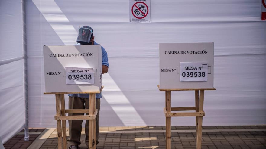 Un hombre vota en un colegio durante las elecciones generales de Perú en Lima (capital), 11 de abril de 2021. (Foto: AFP)