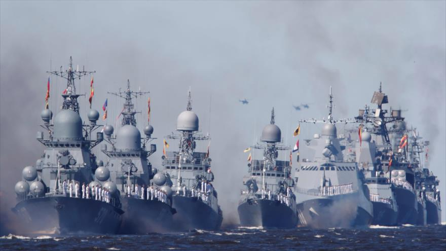 Buques de guerra de Rusia navegan durante el desfile del Día de la Marina. (Foto: Reuters)