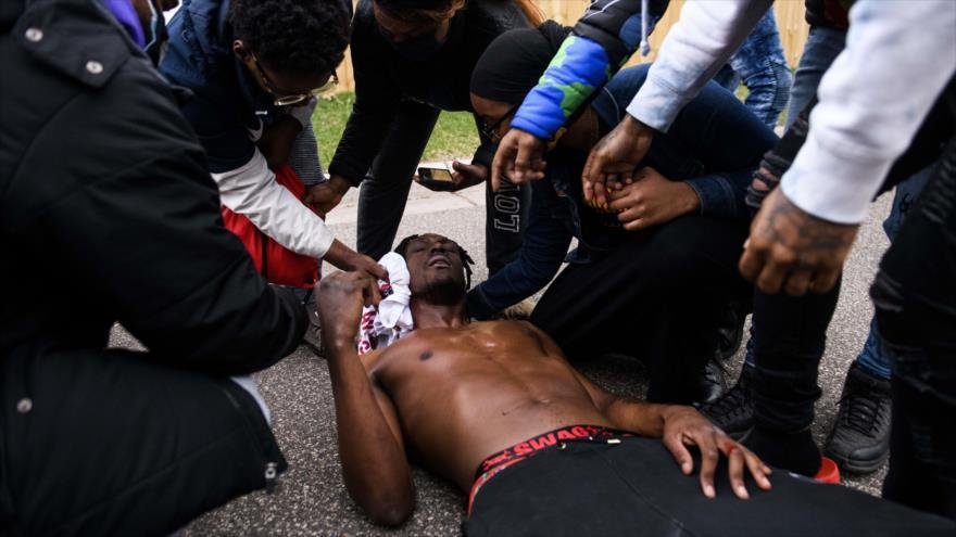 Vídeo: Policía de EEUU reprime protesta por asesinato de joven negro