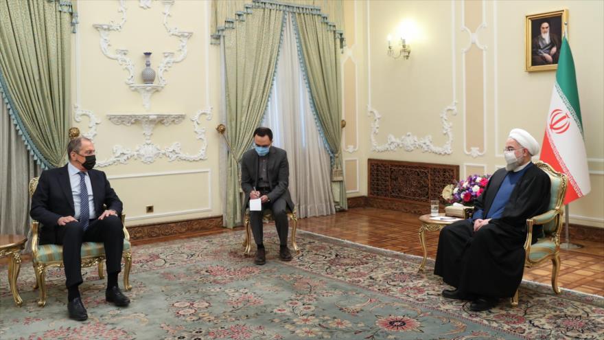 El canciller de Rusia, Serguéi Lavrov (izq.), reunido con el presidente de Irán, Hasan Rohani, Teherán, 13 de abril de 2021. (Foto: president.ir)
