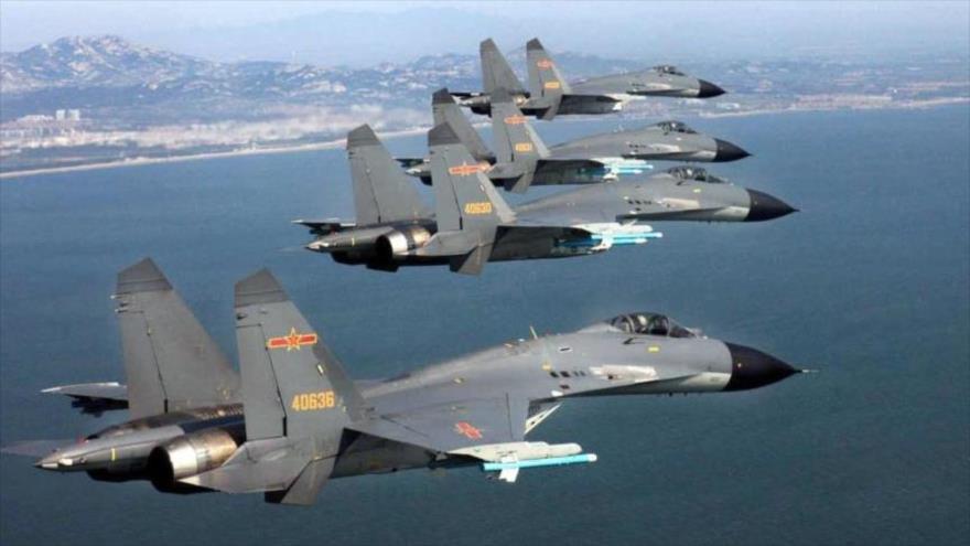Aviones de combate chinos J-11B, de la Defensa Aérea china, sobrevuelan aguas territoriales.
