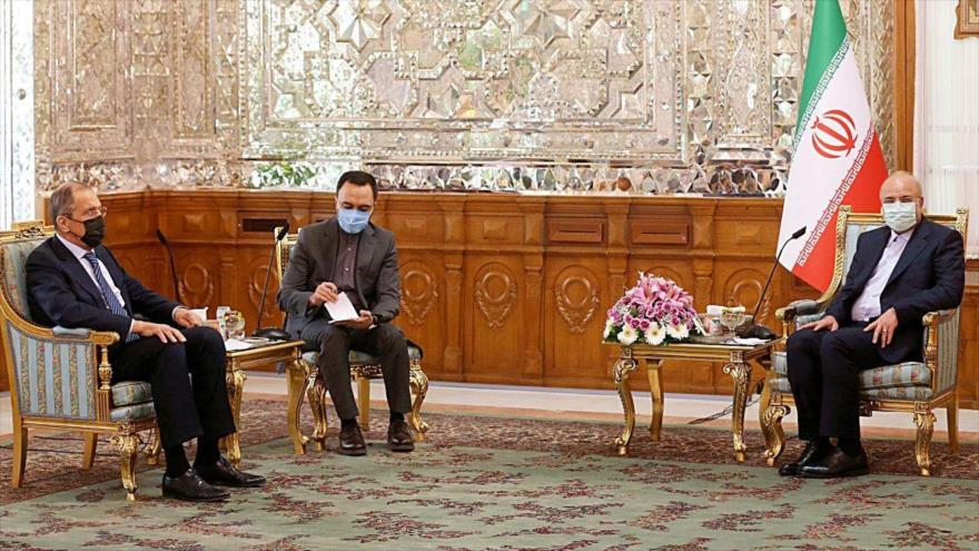 El presidente del Parlamento iraní, Mohamad Baqer Qalibaf (dcha.), se reúne con el canciller ruso, Serguei Lavrov (izda.), Teherán, 13 de abril de 2021. (Foto: Icana)