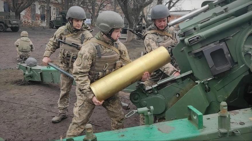 Soldados cargan y disparan piezas de artillería en una maniobra militar de las Fuerzas Conjuntas de Ucrania cerca de Crimea, 14 de abril de 2021. (Foto: JFO press)